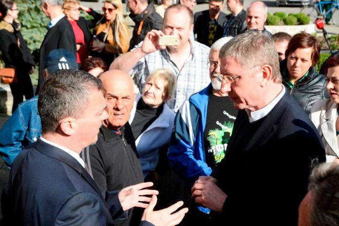 Karcag, 2015. április 21. Kovács Sándor (Fidesz-KDNP), a Jász-Nagykun-Szolnok megyei közgyûlés elnöke (b) beszél Gyurcsány Ferenccel, a Demokratikus Koalíció (DK) elnökének utcafórumán Karcag fõtéren 2015. április 21-én. Gyurcsány Ferenc és a DK elnöksége a Megélhetést! Biztonságot! elnevezésû utcafórumával országjárást kezdett. MTI Fotó: Mészáros János