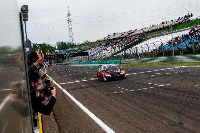 Mogyoród, 2015. május 3. A gyõztes Michelisz Norbert, a Zengõ Motorsport pilótája célba ér a túraautó-világbajnokság (WTCC) magyarországi második futamán a mogyoródi Hungaroringen 2015. május 3-án. MTI Fotó: Marjai János