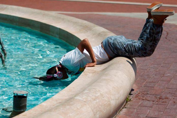 Nagykanizsa, 2015. június 12. Egy fiú víz alá dugja a fejét egy nagykanizsai szökõkútnál 2015. június 12-én. Másodfokú figyelmeztetést adott ki a tartós hõség miatt az Országos Meteorológiai Szolgálat Budapestre és tizenöt megyére. Az Országos Meteorológiai Szolgálat elõrejelzése szerint a következõ napokban csak helyenként lehetnek frissítõ zivatarok, tovább melegszik a levegõ, június 14-én akár 36 Celsius-fokig is emelkedhet a hõmérséklet. MTI Fotó: Varga György