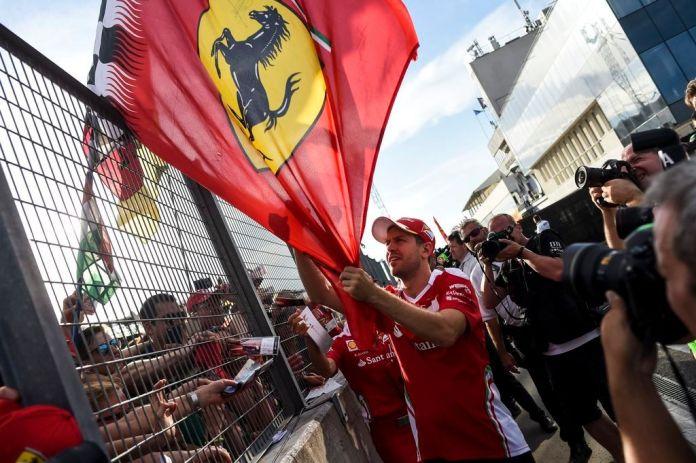 Mogyoród, 2016. július 21. Sebastian Vettel, a Ferrari csapat német versenyzõje szurkolókkal a hétvégi a Forma-1-es Magyar Nagydíj elsõ napján a mogyoródi Hungaroringen 2016. július 21-én. MTI Fotó: Marjai János