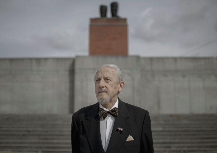 Budapest, 2016. október 20. Brányik Ottó a Sztálin-szobor maradványának másolata elõtt a Memento Parkban 2016. szeptember 19-én.  Az akkor 23 éves Brányik Ottó katonaként részt vett az 1956-os eseményekben, amiért késõbb 3 hónap börtönre ítélték. A mai napig õrzi a ledöntött Sztálin-szobor egyik darabját. MTI Fotó: Mohai Balázs