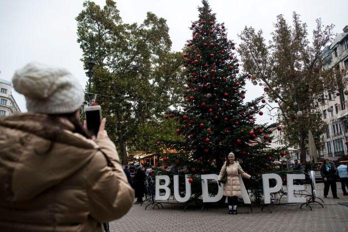 Budapest, 2016. november 11. A Budapesti Adventi és Karácsonyi Vásár a megnyitó után a Vörösmarty téren 2016. november 11-én. MTI Fotó: Marjai János