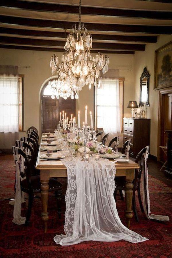 Camino de mesa y sillas con encaje