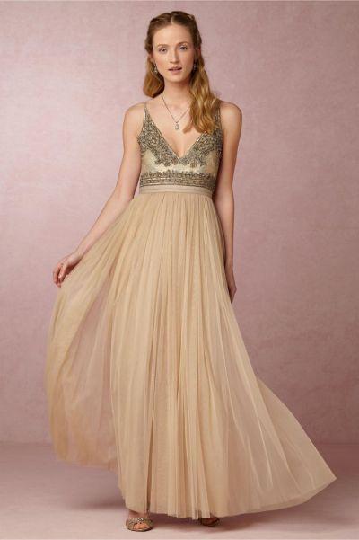 Vestido de novia en tono champan y bordado superior, de Brisa Dress, 329 euros.