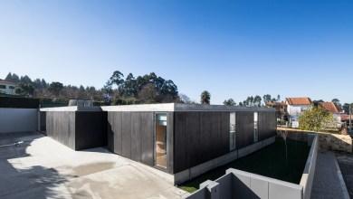 Photo of Minimalista, fekete betonház Portugáliából