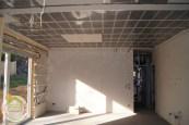 A falakban már bent van a szigetelés, a párazárás és a gépészet számára a vázszerkezet. A mennyezeten készül a fűtésrendszer.