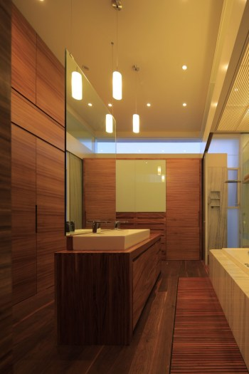 Bathroom-with-wood-finishings
