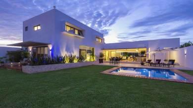 Photo of Impozáns fehér sziluettel rendelkező modern otthon