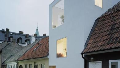 Photo of Elding Oscarson élénk fehér sorháza egy álmos svéd utcácskában