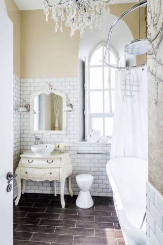The-Chapel-holiday-cottage-bathroom-vintage-chandelier