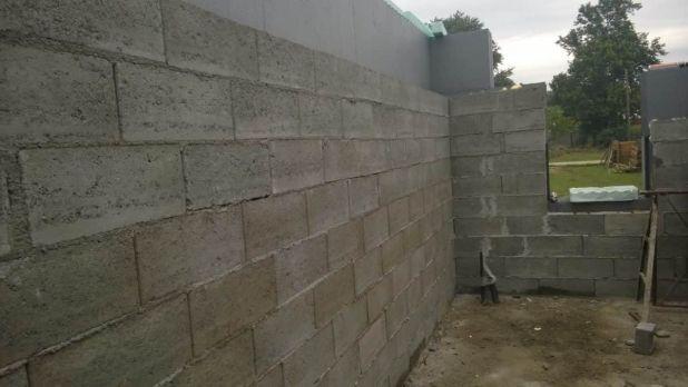 A képen is látszik, hogy a betonfal a belső oldalon helyezkedik el, a hőszigetelés a külső termikus burkot adja.
