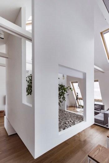 Ruetemple-modular-house-white-box-at-center