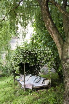 creeping-vines-canopy-outdoor-reading-space-600x900
