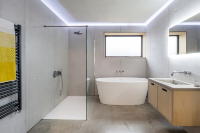 barn-renovation-by-David-Nossiiter-Architects-separate-bathroom
