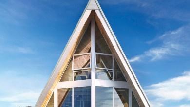Photo of A-alakú tengerparti ház új, ikonikus 1960-as designnal