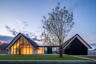 H-shaped-house-with-two-mirroring-volumes
