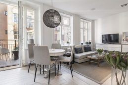 Small-Flat-in-Stockholm-Round-Dining-Table-768x511