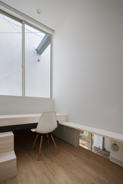 Tochigi-house-features-a-minimalist-office-area-upstairs