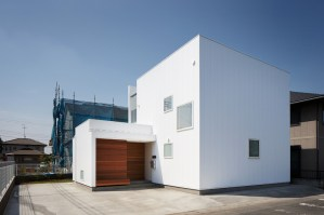 Tochigi-house-with-small-windows-and-white-walls