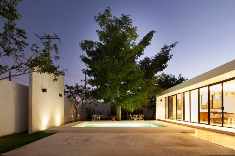 Merida-residence-has-a-large-tree-in-its-backyard