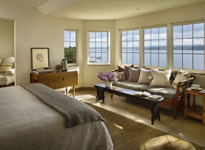 The-Book-House-highlights-the-lake-views-whenever-possible