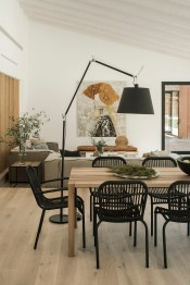 Using-a-floor-lamp-instead-of-pendants-or-a-chandelier-is-a-modern-choice