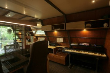 Attic-cabin-designed-for-two-music-loving-architects