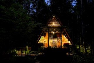Attic-cabin-with-large-openings-and-a-triangular-design