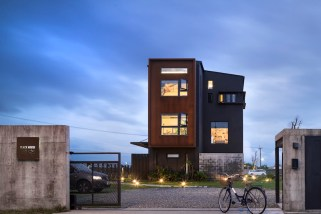 Black-House-features-a-two-zone-exterior-design