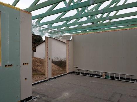 A padlón a kivitelezés megkezdése előtt két réteg bitumenes modifikált nehézlemez elhelyezésre került, de a ház falszerkezetére külön vízszigetelés kerül felhajtásra