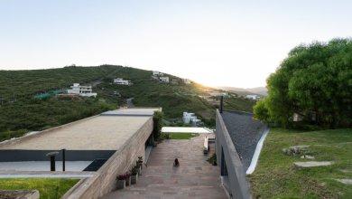 Photo of Beton otthon Argentínában mely szinte beleolvad a domboldalba