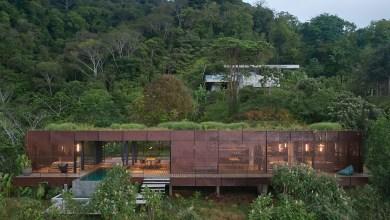 Photo of Zöld tető és természetes fa burkolat olvasztja be az Atelier Villát a Costa Rica-i dzsungelbe