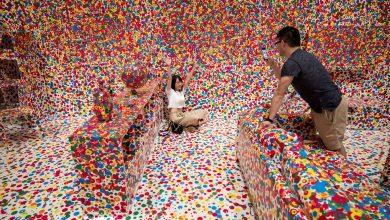 """Photo of Gyermek által, több ezer színes matricával díszített mókás nappali- avagy a legszínesebb """"otthon"""", amit valaha láttál"""