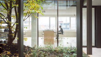 Photo of Minimalista átalakulás: 1960-as évekbeli irodaházból lett tetőtéri medencés penthouse