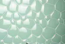 Photo of Játékos fürdőszobai üvegcsempe az Evit építészeti dizájn stúdiótól