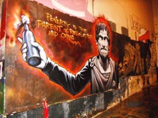 Fattigdom er revolutionens og forbrydelsens ophav: Grafitti på Athens Polytekniske læreanstalt