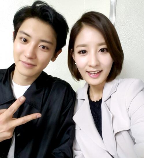 المذيعة بارك يورا تتحدثُ عن أخيها تشانيول من EXO وتبعث رسالةً لطيفة إليه!