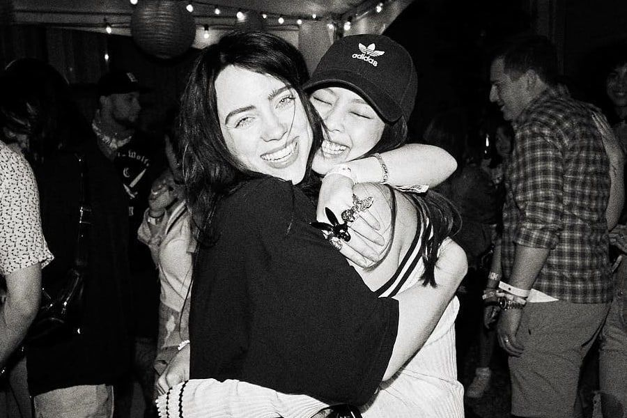 جيني من BLACKPINK تُظهر حبها لبيلي ايليش في حفل Coachella