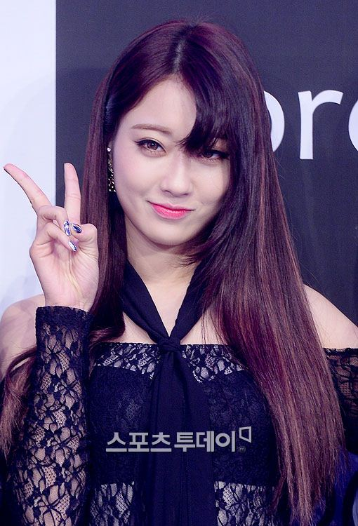 kpop korean girl group idol member kyungri of nine muses comma hair trend styling bangs hairstyles for girls kpopstuff