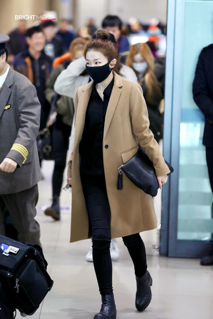 korea korean kpop idol girl group band red velvet seulgi's airport fashion winter sweater long oversize coat trend simple modern chic outfit style for girls kpopstuff