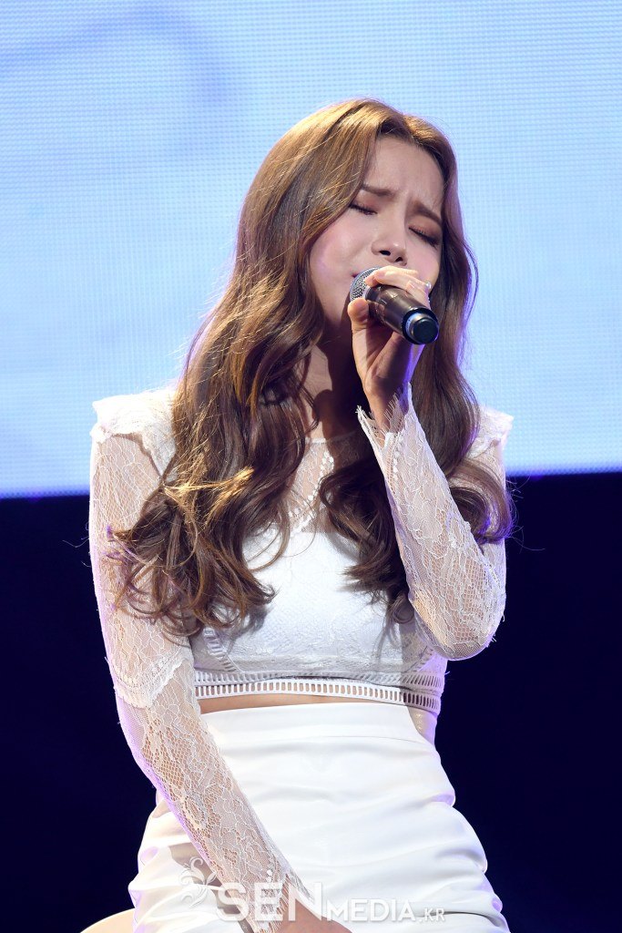 korea korean kpop idol girl band group mamamoo solar's goddess waves wavy permed hair middle part hairstyles for girls kpopstuff