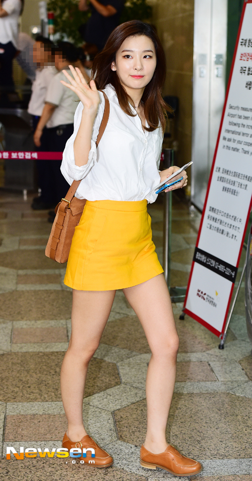 korea korean kpop idol girl band group red velvet seulgi's aiport fashion simple basic minimal skirt loafers leather style outfits for girls kpopstuff