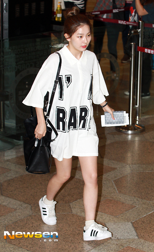 korea korean kpop idol girl band group red velvet seulgi's airport fashion simple streetwear oversize shirt outfit styles for girls kpopstuff