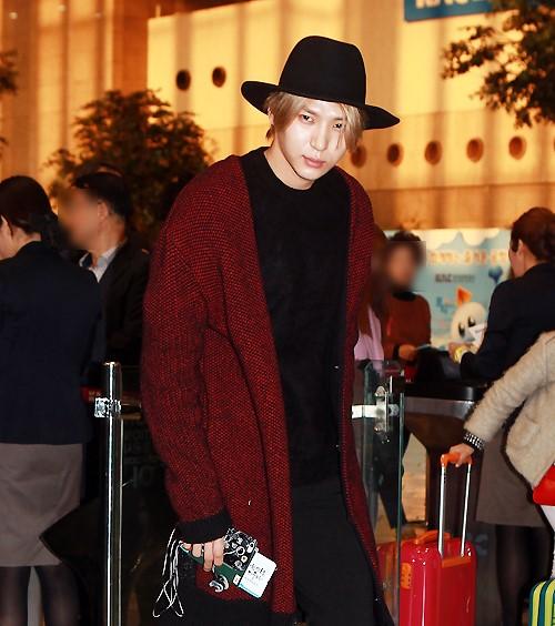 korea korean kpop idol boy group band vixx fedora fashion leo black hat red sweater airport outfit looks style for guys kpopstuff