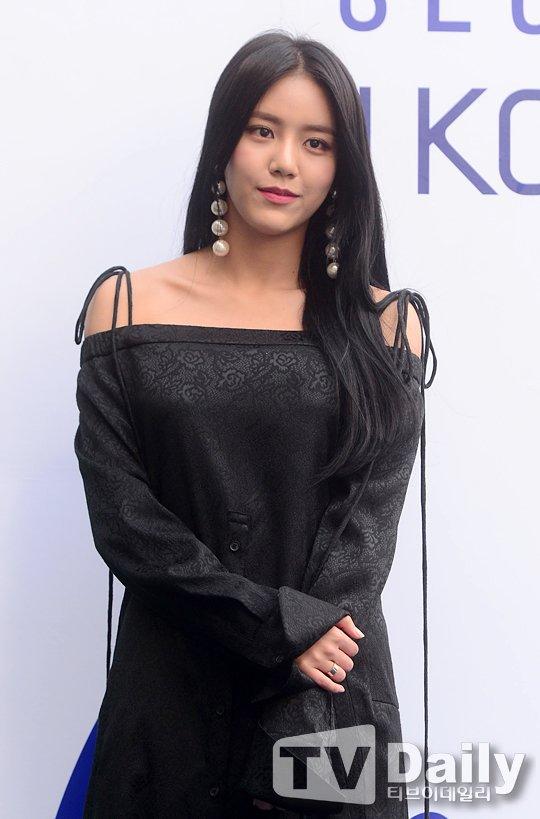 korea korean kpop idol girl group band aoa hyejung's 2017 seoul fashion week style black off shoulder dress bag earrings outfit for girls kpopstuff