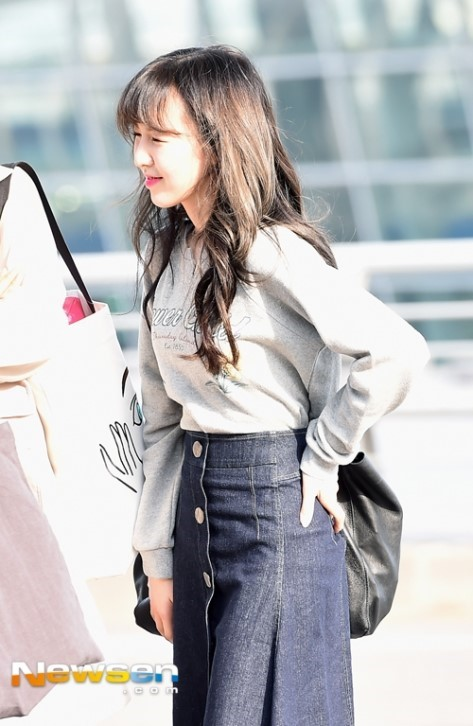 korea korean kpop idol girl group band red velvet wendy's airport fashion the denim skirt grey shirt black leather bag styles outfit looks for girls