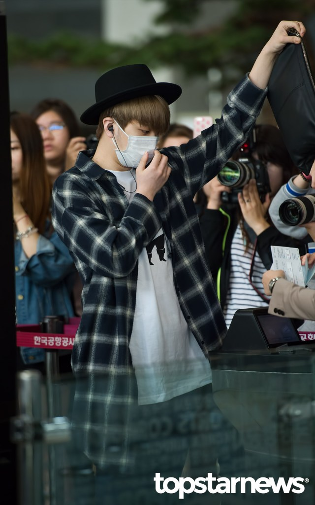 korea korean kpop idol boy band group got7 youngjae's airport outfit look fedora hat black clutch flannel fashion for guys men kpopstuff