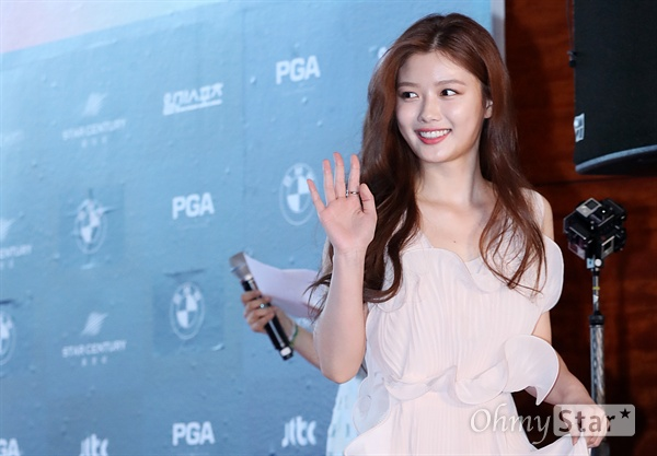 korea korean kpop idol drama kdrama moonlight drawn by clouds actress kim yoo jung's dress at baeksang awards elegant flowy dress fashion girls kpopstuff