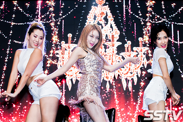 korea korean kpop idol girl group band ioi chungha's fashion hands on me showcase girl crush style outfits girls women kpopstuff