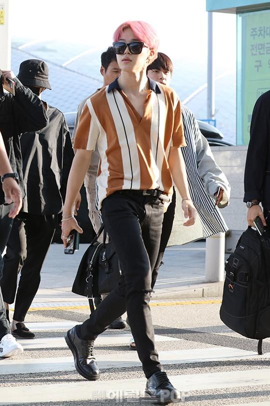 korea korean kpop idol boy band group bangtan beyong the scene bts jimin's pink hair new hairstyle guys boys color dye airport fashion kpopstuff